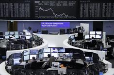 Las bolsas europeas subían el lunes, marcando un pequeño rebote después de dos semanas consecutivas de pérdidas, con los avances en banca y energía impulsando los mercados de la región. En la imagen, unos operadores en la Bolsa de Fráncfort, el 16 de septiembre de 2016. REUTERS/Staff/Remote