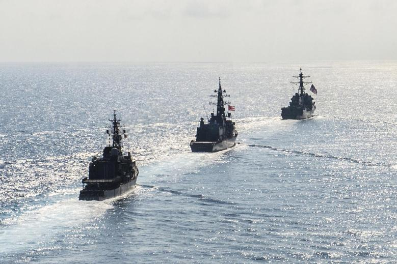 FILE PHOTO - Arleigh Burke-class guided-missile destroyer USS Mustin (DDG 89) transits in formation with Japan Maritime Self-Defense Force ships JS Kirisame (DD 104) and JS Asayuki (DD 132) during bilateral training in South China Sea on April 21, 2015.   Courtesy David Flewellyn/U.S. Navy/Handout via REUTERS