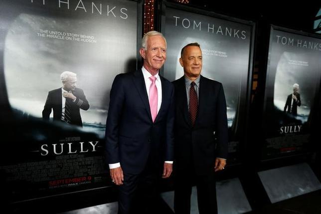 9月18日、週末の北米映画興行収入ランキングは、公開2週目に入ったクリント・イーストウッド監督の「ハドソン川の奇跡」が首位をキープした。主人公のモデルとなったチャズレイ・サレンバーガー元機長(左)と主演のトム・ハンクス、ロサンゼルスで8日撮影(2016年 ロイター/Mario Anzuoni)