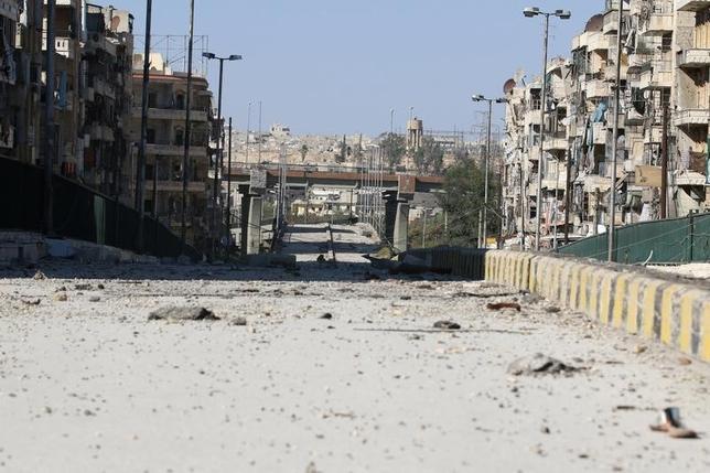 9月19日、シリア北部のアレッポ近郊で19日、人道支援物資を載せた車両がアサド政権側の軍用機による攻撃を受け、12人が死亡したと民間団体が明らかにした。写真は最近のシリア北部アレッポの町並み。17日撮影(2016年 ロイター/Abdalrhman Ismail)