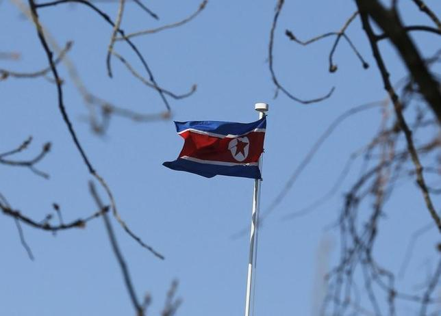 9月19日、米中当局は北朝鮮の核開発プログラムを支援した疑いで、中国共産党幹部が設立した鴻祥実業発展の資金の流れを調査している。写真は北朝鮮の国旗。北京で1月撮影(2016年 ロイター/Kim Kyung-Hoon)