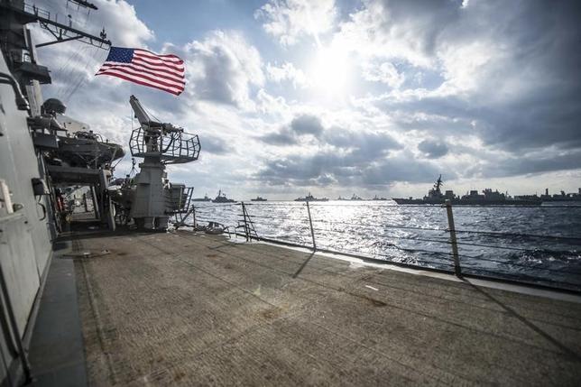 9月19日、中国外務省の陸慷報道局長は、稲田朋美防衛相が先週、海上自衛隊と米海軍の共同巡航訓練を行うことなどで南シナ海への関与を強化する方針を示したことについて、日本は南シナ海情勢を「混乱させようとしている」と批判した。写真は、南シナ海で行われた日米共同統合演習「Keen Sword」の模様。2014年11月撮影。米海軍提供写真(2016年 ロイター)