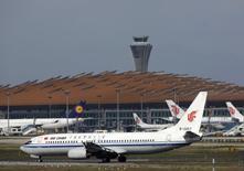 Lufthansa et Air China ont noué mardi un accord qui permettra à chaque compagnie de vendre des billets de l'autre sur certaines destinations. Cet accord est le fruit de deux ans de négociations entre la première compagnie allemande et le transporteur chinois. /Photo d'archives/REUTERS/Petar Kujundzic
