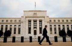 Здание ФРС в Вашингтоне. Представители Федрезерва США готовятся на этой неделе вновь ухудшить прогнозы относительно траектории процентных ставок в экономике, характеризующейся самым медленным ростом производства, производительности и инфляции, чем за прошедшие десятилетия.   REUTERS/Kevin Lamarque/File Photo