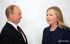 Госсекретарь США Хиллари Клинтон и президент России Владимир Путин на саммите АТЭС во Владивостоке 8 сентября 2012 года. В феврале 2009 года Хиллари Клинтон, только что назначенная госсекретарем США, настаивала на ведущей роли в усилиях президента Барака Обамы, направленных на перезагрузку отношений с Москвой. REUTERS/Jim Watson/Pool