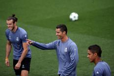 Real Madrid's Gareth Bale, Cristiano Ronaldo and Raphael Varane attend a training session. Real Madrid training - Champions League - Valdebebas training grounds - Madrid, Spain - 13/09/16. REUTERS/Susana Vera
