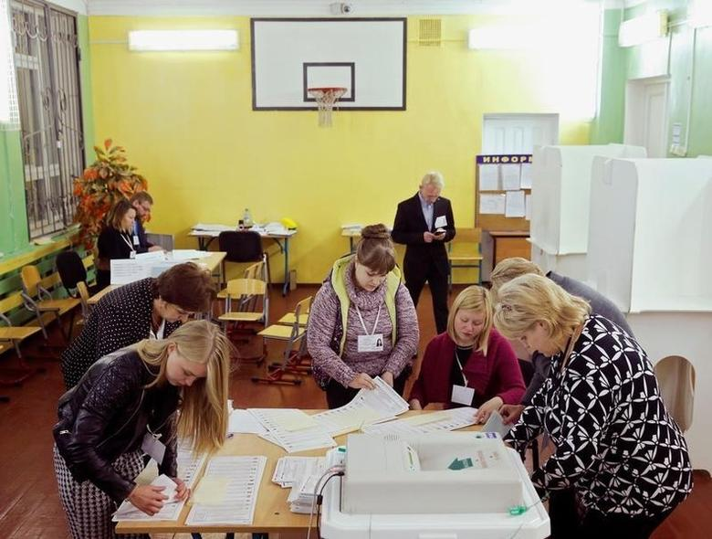 Members of a local election commission count unused ballots at a polling station following a parliamentary election in Moscow, Russia, September 18, 2016.  REUTERS/Maxim Zmeyev