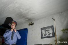 """gОлег Воротников надевает полицейскую форму перед репетицией грядущего представления.  Полиция Чехии задержала Олега Воротникова, одного из основателей российской арт-группы """"Война"""", объявленного Россией в розыск из-за ряда громких акций, которые власти назвали оскорбительными и агрессивными, сообщили СМИ. REUTERS/Thomas Peter  (RUSSIA) - RTR20G1W"""