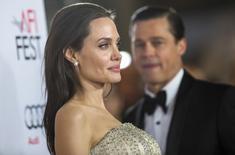 Jolie, com Brad Pitt ao fundo, em evento em Hollywood  5/11/2015 REUTERS/Mario Anzuoni
