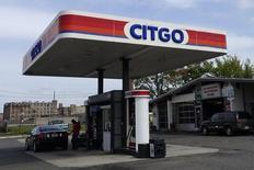 Una gasolinera de Citgo en Kearny, EEUU, sep 24, 2014. Citgo Petroleum, con miras a iniciar un proyecto de 680 millones de dólares para el arranque de una refinería paralizada en Aruba, pidió 100 millones de dólares de fondos iniciales a su matriz, la venezolana PDVSA, que pasa por una difícil situación financiera, según un documento interno al que accedió Reuters.  REUTERS/Eduardo Munoz