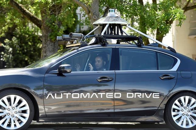 9月20日、米運輸省の道路交通安全局(NHTSA)は、自動運転車の開発・走行に関する包括的な指針を公表し、安全性確保に向けて自動運転システムの設計に政府がより深く関与することなどを提案した。写真はカリフォルニア州で6月撮影(2016年 ロイター/Noah Berger)