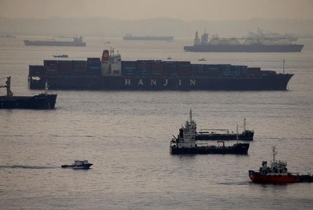 9月20日、法定管理(会社更生法に相当)を申請した韓国の海運最大手、韓進海運は、米ニューヨーク地域の港の外で待機している「韓進マイアミ号」の荷下ろし資金を調達した。写真の船舶は「韓進ローム号」。シンガポールの港で9日撮影(2016年 ロイター/Edgar Su)