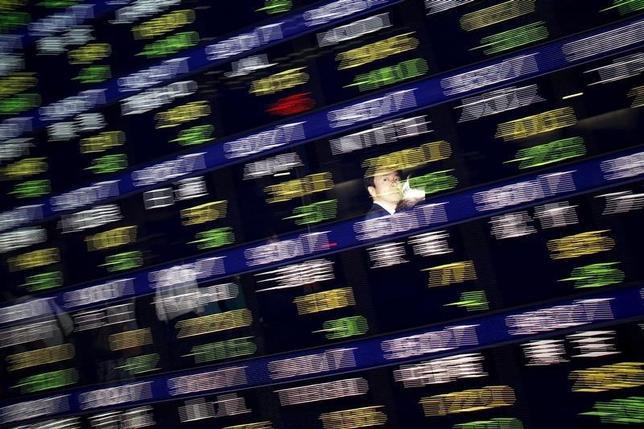9月21日、東京株式市場で日経平均は大幅に反発した。日銀の金融政策決定会合で、マイナス金利の深掘りが見送られたことなどを背景に、銀行株など金融セクターが急伸。写真の株価ボードは都内で2015年8月撮影(2016年 ロイター/Issei Kato)