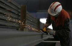 Les déclarations d'embauche de plus d'un mois dans les secteurs marchands, hors intérim, ont progressé de 3,7% en août en France après une hausse révisée à +0,6% (+0,1% en première estimation) en juillet. /Photo d'archives/REUTERS/Vincent Kessler