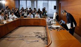 Conférence de presse à Tokyo du gouverneur de la Banque du Japon, Haruhiko Kuroda. La banque centrale japonaise a annoncé mercredi l'adoption d'un objectif de taux à long terme, bouleversant ainsi le cadre de sa politique monétaire pour mettre l'accent davantage sur les taux d'intérêt que sur les rachats d'actifs, tout en réaffirmant son ambition d'atteindre le plus vite possible une inflation à 2%. La Banque du Japon a maintenu à -0,1% le taux des dépôts au jour le jour. /Photo prise le 21 septembre 2016/REUTERS/Toru Hanai
