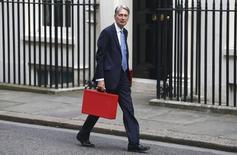 Le gouvernement britannique a emprunté un peu plus que prévu le mois dernier, ce qui laisse peu de marge de manoeuvre au ministre des Finances, Philip Hammond (photo), qui doit préparer le premier budget du pays depuis la décision de ses électeurs de quitter l'Union européenne. /Photo prise le 8septembre 2016/REUTERS/Neil Hall