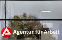 El logo de la Agencia Alemana de Empleo en una oficina en Kehl, Alemania, el 13 de noviembre de 2014. El empleo en la zona euro está creciendo más rápido de lo esperado y la tendencia podría continuar, pero con un costa para la productividad y posiblemente para el crecimiento económico a largo plazo, según una investigación del Banco Central Europeo divulgada el miércoles. REUTERS/Vincent Kessler/