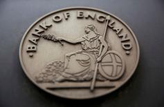 La inversión británica y el empleo podrían registrar un crecimiento nulo el año que viene debido debido a la votación en junio a favor de salir de la Unión Europea, según indicó un sondeo realizado por el Banco de Inglaterra entre empresas que predispone al organismo a recortar de nuevo los tipos de interés este año. Imagen de un letrero en la fachada del Banco de Inglaterra en Londres, el 4 de agosto de 2016. REUTERS/Neil Hall