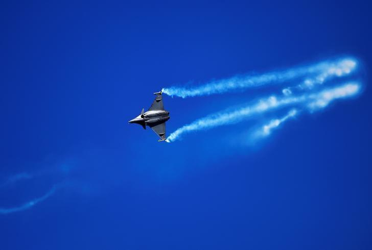 An Dassault Rafale from the French Air Force flies over San Lorenzo beach during an aerial exhibition in Gijon, northern Spain, northern Spain, July 24, 2016. REUTERS/Eloy Alonso/File Photo