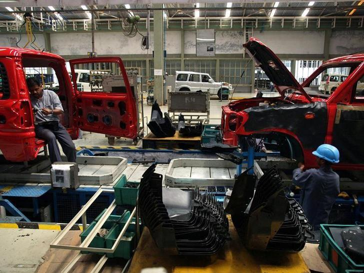 Engineers work on the assembly line of sport utility vehicle (SUV) 'Scorpio' at a factory in Nashik, about 160 km (100 miles) from Mumbai March 12, 2006. Reuters/Files
