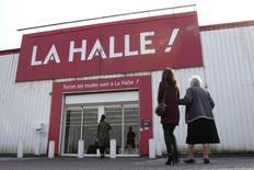 Le groupe Vivarte, étranglé par sa dette, prévoit de céder une centaine de magasins La Halle aux Chaussures dans le cadre d'un plan stratégique à cinq ans visant à le remettre sur les rails. Il prévoit la cession d'une centaine de magasins La Halle aux Chaussures, sur un total de 683, et de fusionner, à terme, l'enseigne avec La Halle aux Vêtements (photo). /Photo d'archives/REUTERS/Pascal Rossignol