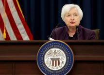 Глава ФРС США Джанет Йеллен на пресс-конференции в Вашингтоне 21 сентября 2016 года. Глава ФРС США Джанет Йеллен ждет одного повышения ключевой ставки до конца года, если регулятор сохранит курс, а на горизонте не появятся новые риски. REUTERS/Gary Cameron