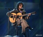"""Djavan """"Faltando Um Pedaço"""" na primeira edição do Grammy Latino em setembro de 2000, em Los Angeles 13/09/ 2000."""