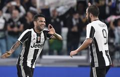 Daniel Alves comemora gol da Juventus. 21/9/2016.  REUTERS/Giorgio Perottino
