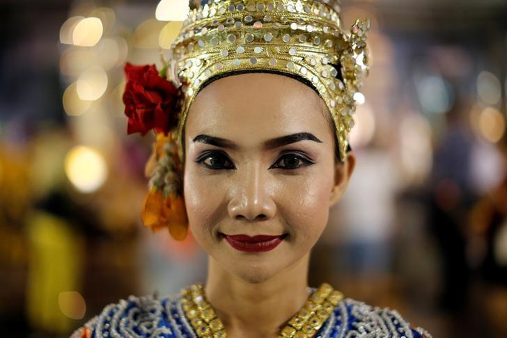 A thai classical dancer poses for photos at the Erawan shrine in central of Bangkok, Thailand, August 30, 2016.  REUTERS/Jorge Silva/Files