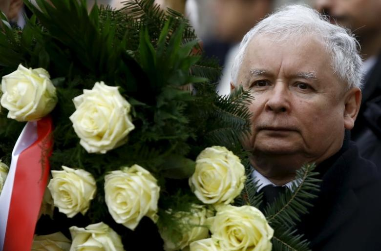 Jaroslaw Kaczynski, leader of ruling party Law and Justice Party (PiS), marches with a wreath as he attends a remembrance ceremony for the 2010 plane crash that killed Poland's President Lech Kaczynski and 95 others in Smolensk, in front of the Presidential Palace in Warsaw, Poland March 10, 2016. REUTERS/Kacper Pempel
