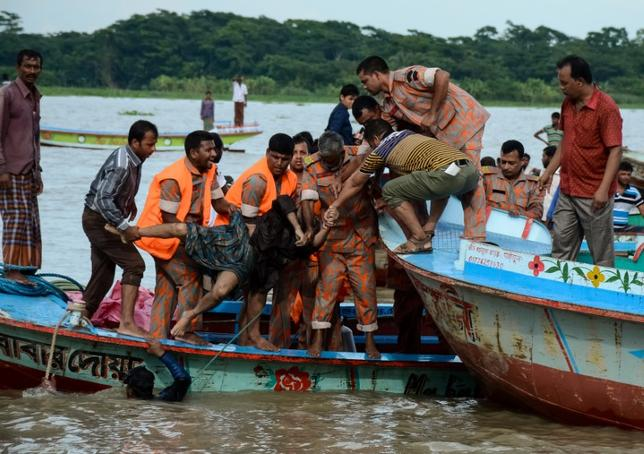 Rescue workers recover a dead body after a ferry sank in the southern district of Barisal, Bangladesh, September 21, 2016. REUTERS/Stringer