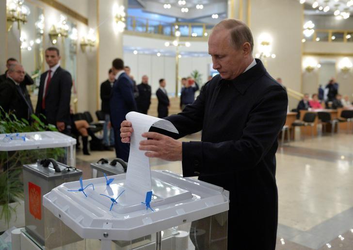 Russian President Vladimir Putin casts a ballot at a Moscow polling station during the parliamentary election on September 18, 2016. Sputnik/Kremlin/Alexei Druzhinin via REUTERS