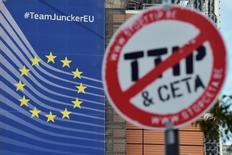 Les entreprises françaises de l'industrie, des services et du commerce ont demandé jeudi la poursuite des négociations entre l'Union européenne et les Etats-Unis sur un projet de traité de libre-échange transatlantique (TTIP), que Paris veut arrêter. /Photo prise le 20 septembre 2016/Reuters/Eric Vidal