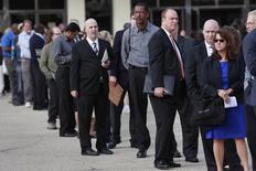 Personas en la fila de ingreso a una feria laboral en Uniondale, EEUU, oct 7, 2014. El número de estadounidenses que presentó pedidos de beneficios por desempleo cayó inesperadamente la semana pasada a mínimos de dos meses, lo que sugiere que la fortaleza del mercado laboral podría allanar el camino para que la Reserva Federal eleve sus tasas de interés en diciembre.  REUTERS/Shannon Stapleton/File Photo