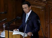 Таро Асо произносит речь в нижней палате парламента в Токио.  Японские власти не должны полагаться исключительно на Банк Японии, надеясь ускорить экономический рост и преодолеть дефляцию, после решения ЦБ страны пересмотреть структуру денежно-кредитной политики, сказал министр финансов Таро Асо в пятницу. REUTERS/Toru Hanai