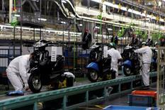 Trabajadores de una cadena de montaje de scooters en una planta de Honda Motor en Ozu, prefectura de Kumamoto, el 13 de septiembre de 2016. La actividad manufacturera en Japón se expandió en septiembre por primera vez en siete meses, mostró el viernes un estudio preliminar, en una señal tentativa de que el crecimiento económico podría estar cobrando mayor impulso. REUTERS/Naomi Tajitsu