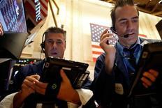 Operadores trabajando en la Bolsa de Nueva York, Estados Unidos. 22 de septiembre de 2016. Las acciones en Estados Unidos abrieron a la baja el viernes tras una racha alcista de tres días, impulsada por el optimismo de que la Reserva Federal siga posponiendo la subida de las tasas de interés estadounidenses en el corto plazo. REUTERS/Brendan McDermid