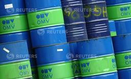 Barriles de petróleo en la refinería OMV en Schwechat, Austria, oct 21, 2015. Los precios del petróleo caían cerca de un 3 por ciento el viernes, recortando su avance en la semana, por un reporte de que Arabia Saudita no espera que se llegue a un acuerdo para congelar la producción en conversaciones de la próxima semana entre los mayores exportadores.  REUTERS/Heinz-Peter Bader