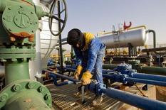 Argelia planea permitir que sus dominantes bancos estatales cotizen en la bolsa doméstica para así poder desarrollar sus mercados financieros y diversificar sus fuentes de financiación tras el derrumbe del precio del petróleo, dijo un alto funcionario financiero.  Imagen de archivo en la que se ve a un trabajador de un yacimiento de gas en el centro-este de Argelia, el 22 de enero de 2013. REUTERS/Louafi Larbi