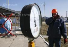 Рабочий на газокомпрессорной станции в селе Мрин к северу от Киева 15 октября 2015 года. Украина практически накопила в подземных хранилищах минимально необходимый для прохождения холодного сезона объем природного газа - 13,95 миллиарда кубометров по данным на 24 сентября, сообщила украинская газотранспортная монополия Укртрансгаз. REUTERS/Gleb Garanich