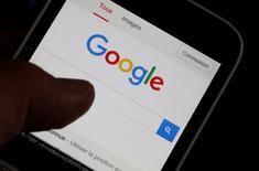 Tailandia está estudiando un endurecimiento de las normas de recaudación de impuestos para empresas de internet y tecnología como Google, filial de Alphabet Inc, dijo a Reuters el jefe de la oficina tributaria del país, en un momento en el que los asuntos fiscales de estas empresas están bajo un escrutinio cada vez mayor en el sudeste asiático. En la imagen, un hombre sujeta un móvil que muestra la página web de Google, en una foto de archivo tomada en Burdeos, Francia, 22 de agosto de 2016. REUTERS/Regis Duvignau