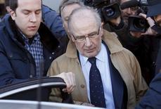 """El juicio por el escándalo de las """"tarjetas black"""" de Caja Madrid, uno de los más sonados en España que afectó de lleno a la entidad nacionalizada, arrancó el lunes contra 65 de sus ex altos cargos por los millonarios gastos personales que cargaron a la antigua caja. Imagen de archivo del ex presidente de Bankia Rodrigo Rato, a la salida de un juzgado en Madrid el 19 de febrero de 2016. REUTERS/Juan Medina"""