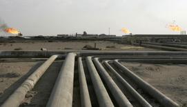 Les Emirats arabes unis se sont prononcés lundi en faveur d'un gel de la production mondiale de pétrole pour soutenir les cours et certains délégués de l'Opep pensent que la réunion des pays producteurs à Alger cette semaine pourrait déboucher sur un accord visant à réduire l'offre et stabiliser le marché.  /Photo d'archives/REUTERS/Mohammed Ameen