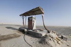 Старая заправка в пустыне на границе Саудовской Аравии и ОАЭ 29 января 2016 года. Входящие в клуб нефтепроизводителей ОПЕК Объединённые Арабские Эмираты готовы поддержать заморозку добычи ради повышения цен на нефть, сказал министр энергетики ОАЭ Сухейль аль-Мазруи в понедельник. REUTERS/Hamad I Mohammed