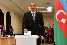 Президент Азербайджана Ильхам Алиев отправляет бюллетень в урну на участке для голосования в Баку 26 сентября 2016 года. Азербайджан в понедельник провёл референдум, посвященный увеличению президентского срока до семи лет с пяти, что Запад рассматривает как дополнительное усиление власти Алиева, унаследовавшего ее от отца. REUTERS/AZERTAC/Vugar Amrullayev/Pool