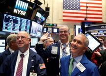 Operadores trabajando en la Bolsa de Nueva York. 15 de septiembre de 2016. Los precios de los bonos del Tesoro de Estados Unidos subían el lunes, ya que los inversores buscaban la seguridad de la deuda soberana ante la caída de las acciones globales por factores como las negativas noticias sobre Deutsche Bank, cuyos títulos cayeron a mínimos de récord. REUTERS/Brendan McDermid