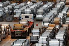 Грузовик везет рулоны стали на фабрике  China Steel Corporation в Тайване. Прибыль промышленного сектора Китая в августе росла рекордными за три года темпами, поддерживая усиливающееся мнение о стабилизации второй по величине мировой экономики.  REUTERS/Tyrone Siu/File Photo