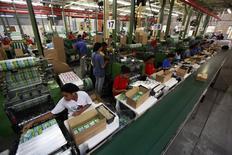 Empleados trabajando en la línea de producción de la fábrica de Panini, en Tambore, Brasil. 5 de mayo de 2014. El índice de precios al productor de Brasil (IPP) cayó un 0,26 por ciento en agosto, un alza desde la lectura de -0,57 por ciento del mes anterior, dijo el martes el estatal Instituto Brasileño de Geografía y Estadística (IBGE). REUTERS/Paulo Whitaker