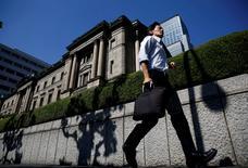 Un hombre camina cerca del edificio del Banco de Japón, en Tokio. 29 de julio de 2016. Las autoridades del Banco de Japón (BOJ) estaban preocupadas por las débiles expectativas de inflación y las inciertas perspectivas de alcanzar su meta de precios incluso antes de anunciar este mes su plan para realizar una completa revisión de su política monetaria, mostraron el martes las minutas de su reunión de julio. REUTERS/Kim Kyung-Hoon/File Photo