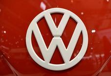 El logo de Volkswagen en un vehículo en Hanover, sep 22,  2016. Volkswagen dijo el martes que sus finanzas permanecen robustas, en un intento por mitigar las preocupaciones generadas por una baja de sus acciones, luego de que algunos operadores fueran alertados por reportes de medios indicando que el Gobierno de Estados Unidos evalúa si la automotriz podría quebrar en caso de afrontar más multas.   REUTERS/Fabian Bimmer